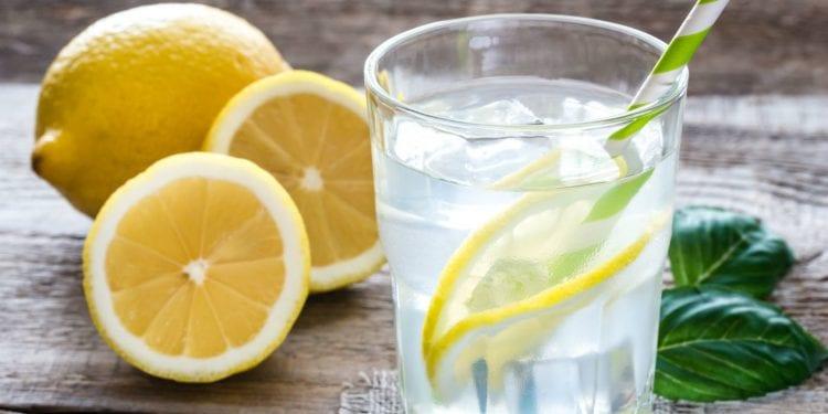 Šest razloga zašto biste ujutro trebali piti toplu vodu s limunom
